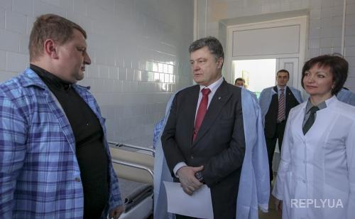 Президент привез нового главу в Запорожскую область и раздал квартиры семьям погибших в АТО
