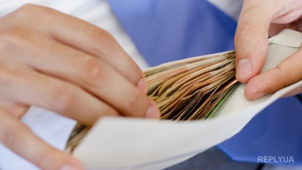 Скандал в верхах: представители Парламента и Правительства получают доплаты в конвертах