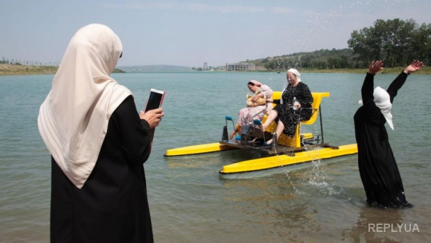 Кадыров отправил женщин отдыхать за трехметровым забором