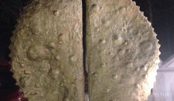 Двухметровый памятник чебурекам – «Крымнаш» во всей красе