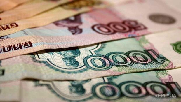 Рубль падает вслед за нефтяными фьючерсами