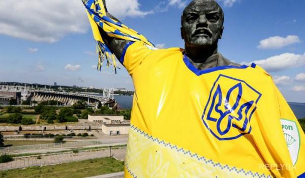 На Ленина в Запорожье надели майку и шарф футбольных болельщиков
