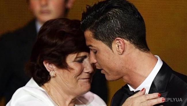 Мама Роналду требует, чтобы сын переехал в Манчестер, а не в Париж