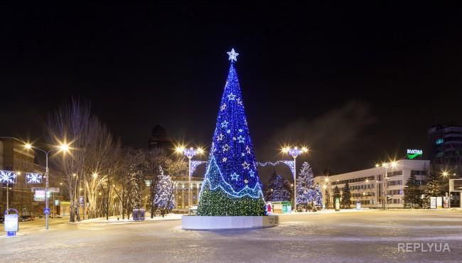 В Донецке устанавливают «российскую» елку