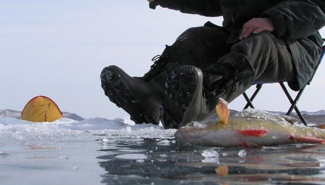 Неудачная рыбалка в Киеве: рыбаки провалились под лед