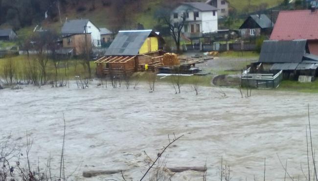 Из-за паводка тысячи жителей Закарпатья остались без водоснабжения