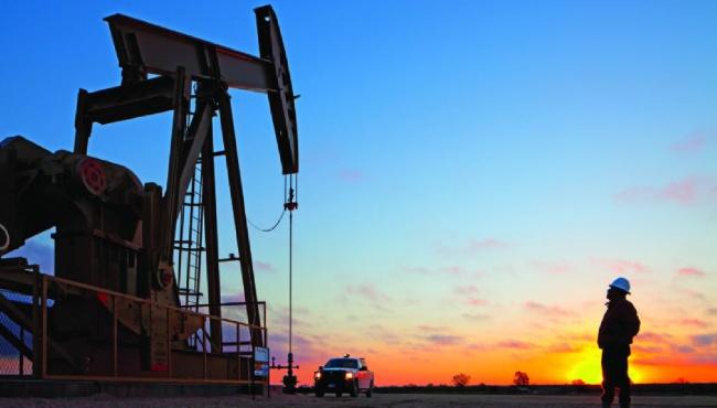 Стоимость нефти растет, российский рубль обесценивается