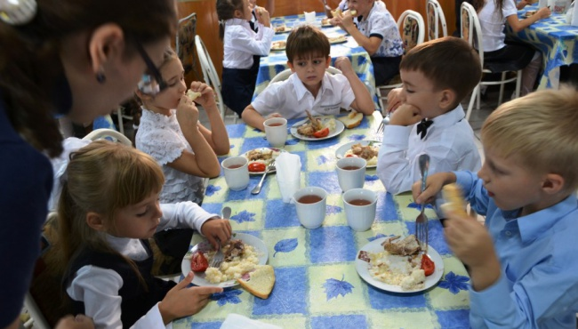 В украинских школах отменили бесплатные обеды