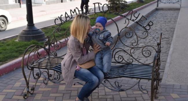 В Феодосии соорудили скамейку для поцелуев – фото
