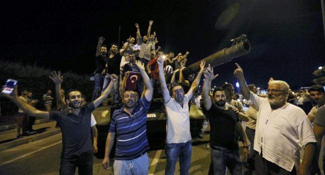 161 особу вбито, та ще понад 1445 поранено. Такий результат спроби перевороту в Туреччині