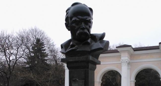 Оккупанты Крыма охотятся за украинским националистами у памятника Шевченко