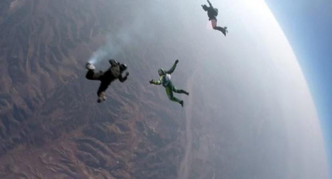 ВСША экстремал прыгнет без парашюта свысоты 7,6 километра