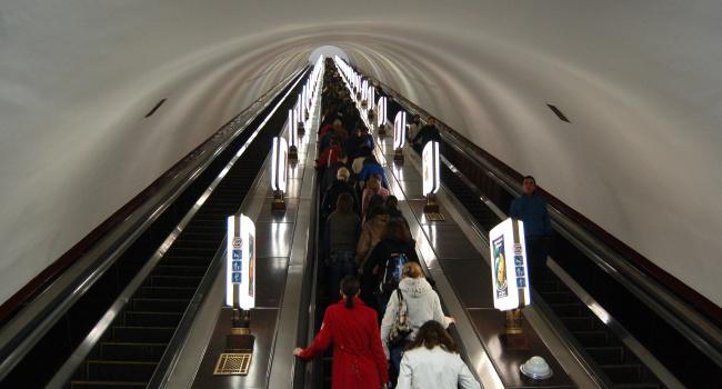 Вкиевском метро нарельсы упал мужчина