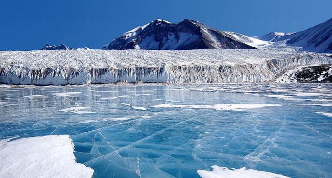 Наснежных покровах Антарктиды стали появляться синие озера