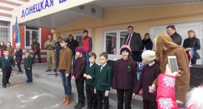 Воккупированном Торезе нашкольной линейке включили Гимн Украины