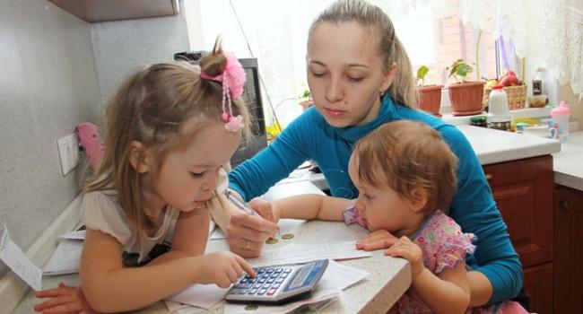 У многодетной семьи собираются отобрать квартиру из-за долгов