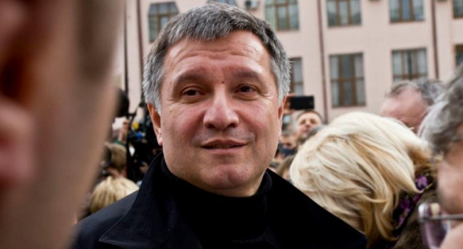 Вавгусте Аваков заработал втри раза меньше, чем вфеврале