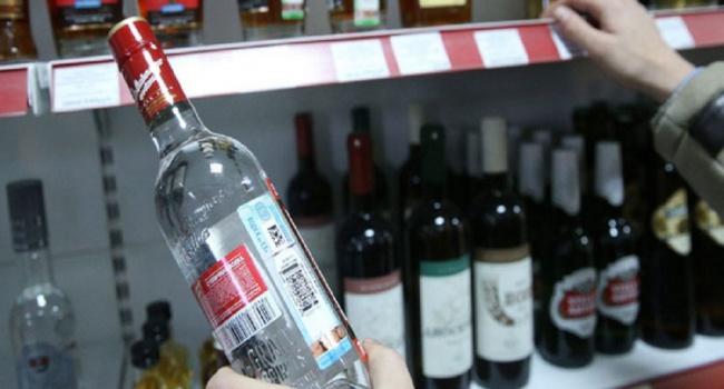 Изобретательный житель россии глушит водку всупермаркете, чтобы неплатить