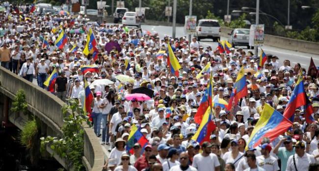 Оппозиция вВенесуэле обвинила власти в«перевороте» из-за отказа отреферендума