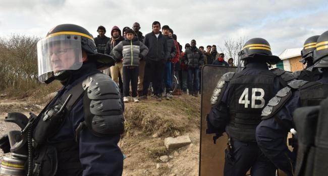 ВКале влагере беженцев произошли столкновения между полицией имигрантами