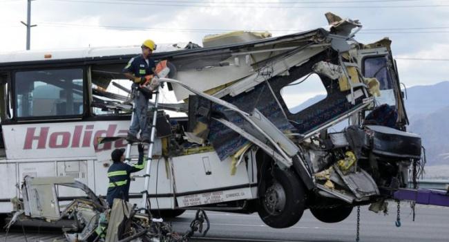 Грузовой автомобиль смял автобус вКалифорнии: 13 человек погибли, более десятка пострадало