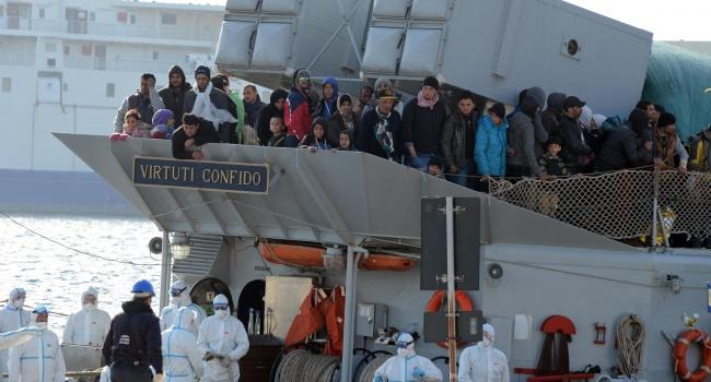 Береговая охрана Италии сообщила оспасении около тысячи мигрантов