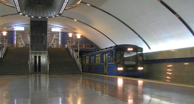 Всоцсети показали платформу втрещинах еще одной станции киевского метро