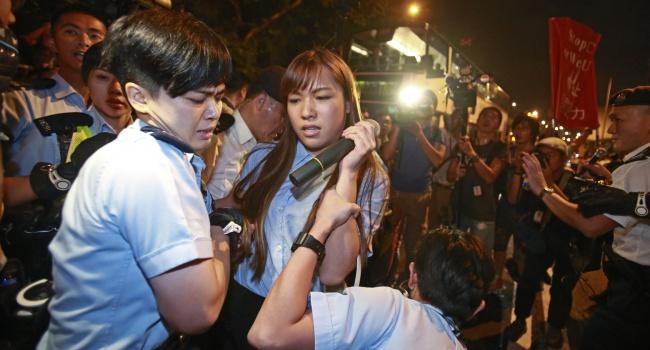 ВГонконге милиция применила перечный газ для разгона протестующих