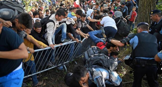 ВСербии мигранты направились маршем кгранице сХорватией