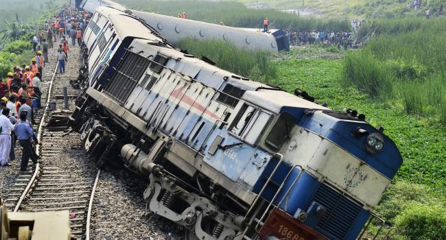 Число жертв крушения поезда в Индии продолжает расти