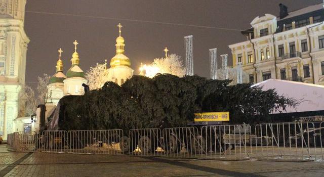 Вцентре столицы Украины начали установку постамента для новогодней елки— Праздник приближается