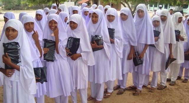 Суд Германии постановил: школьницы-мусульманки обязаны посещать бассейн