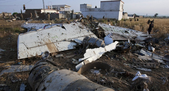 Происшествие вПакистане: крушение потерпел самолет с47 пассажирами наборту
