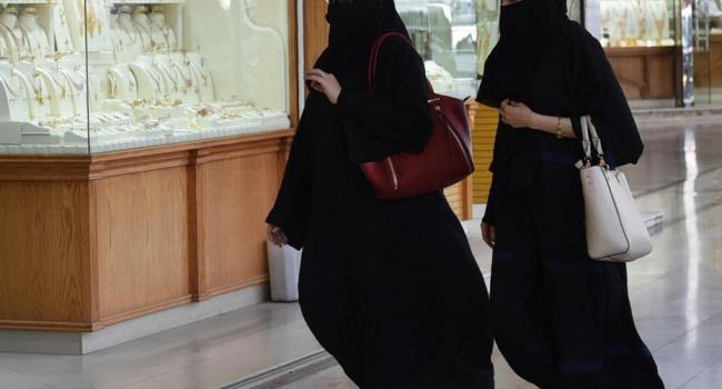ВЭр-Рияде задержали женщину без абайи