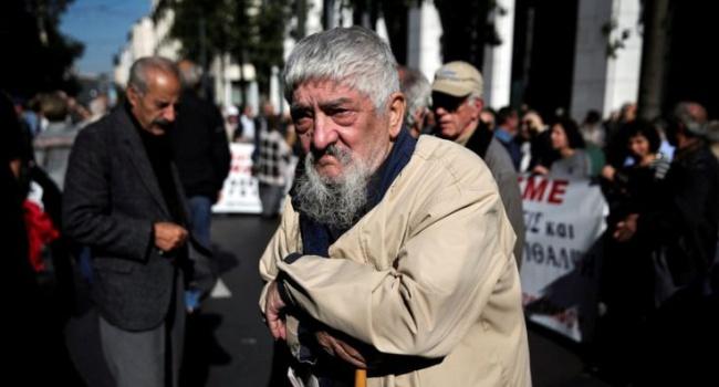 Еврогруппа приостановила помощь Греции
