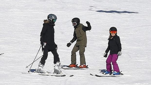 Анджелина Джоли вместе с детьми отдыхает на курорте в Колорадо, - фото