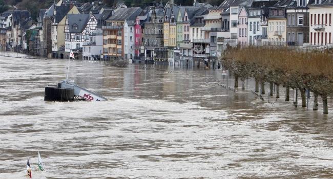 Всеверной части Германии из-за урагана объявили режимЧП