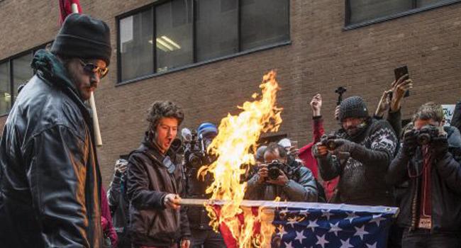 Вканадском Монреале демонстранты сожгли американский флаг