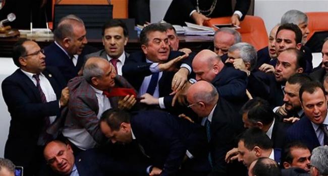 Пд час обговорення змн до Конституц мж турецькими депутатами вдбулася бйка