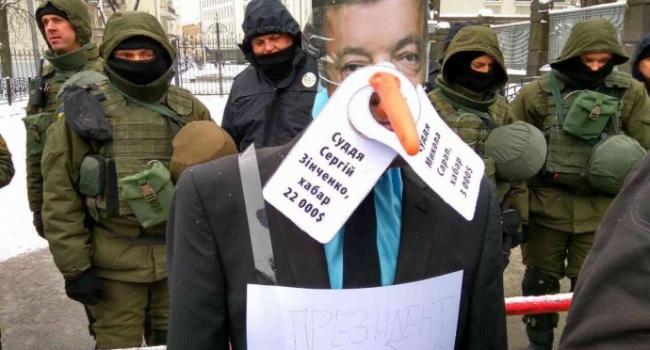Около администрации Порошенко вКиеве установили «памятник президенту-лжецу»