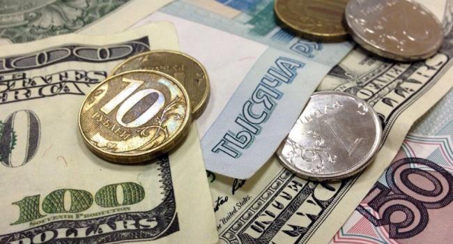 Курс доллара США опустился ниже 57 руб.