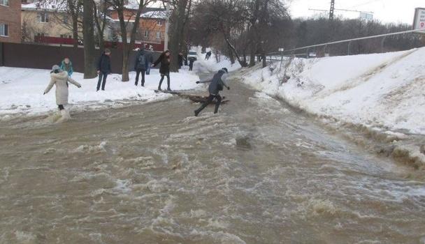 В Виннице прорвало водопровод, дорога перекрыта