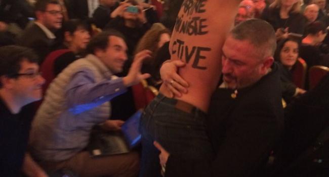 Обнажённая активистка Femen пыталась сорвать выступление Марин Ле Пен