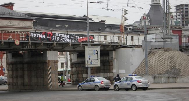 В столице задержали активистов, вывесивших баннер «Путин это вражда. Путин это смерть»