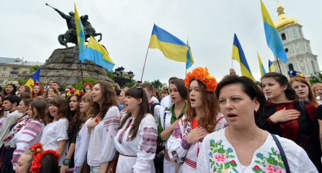 Блогер об отличии Украины от России: Украине не надо вставать с колен, потому что она на них никогда не опускалась