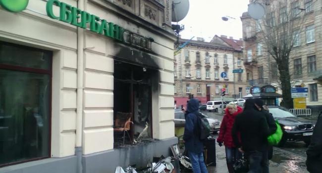Сберегательный банк ограничивает выдачу наличных денежных средств вгосударстве Украина
