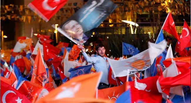 Около 57% избирателей проголосовали зарасширение полномочий президента Турции