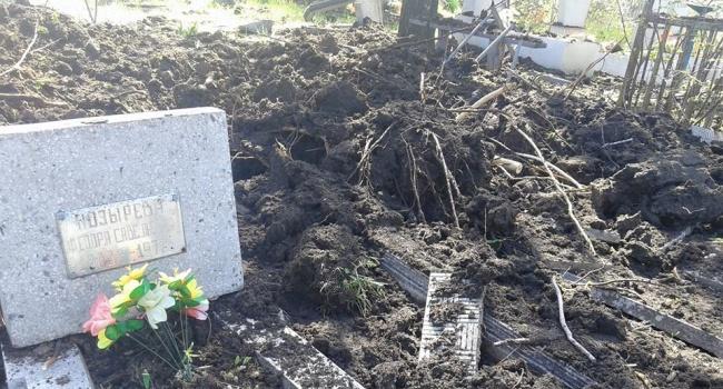 Российские боевики начали войну с мертвыми, разрушая «Градами» украинские кладбища