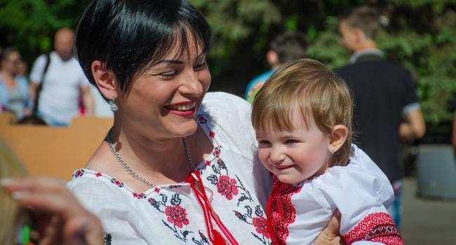Украинцы отмечают День вышиванки