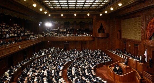 Японские депутаты могут жестко поплатиться за курение в кабинетах парламента, – блогер